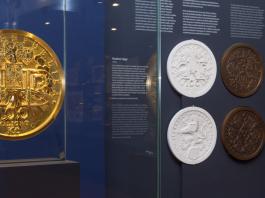 ČNB: Výstava 100 let česko-slovenské koruny - největší zlatá mince v Evropě