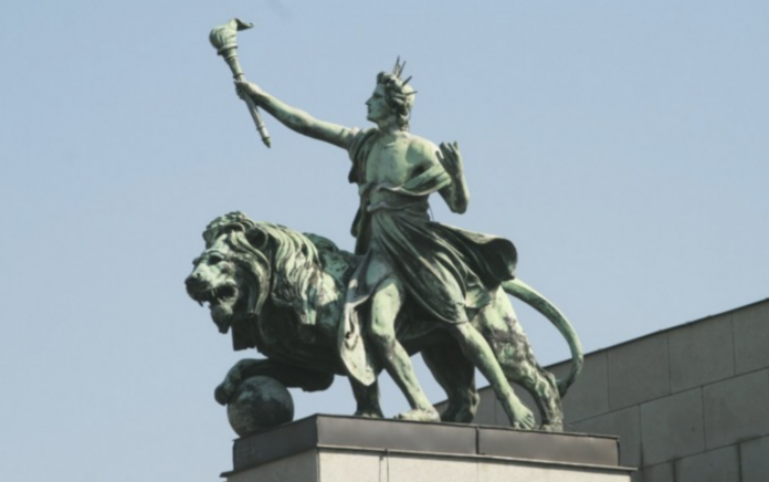 Budova ČNB - socha Génia (Světlonoše) se lvem